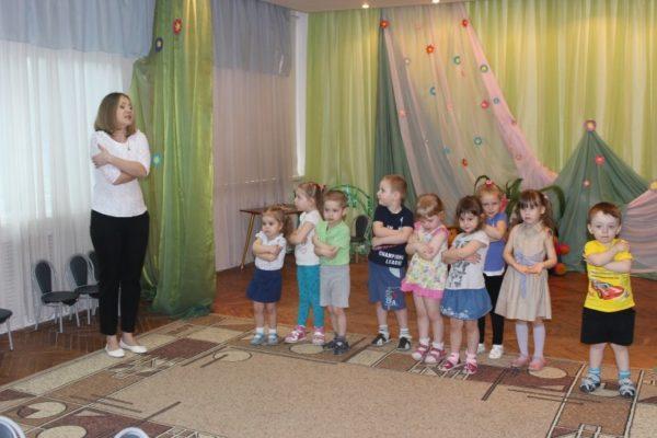 Дети с воспитательницей проводят физкультминутку