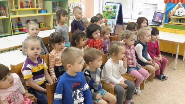 Дети сидят и слушают педагога