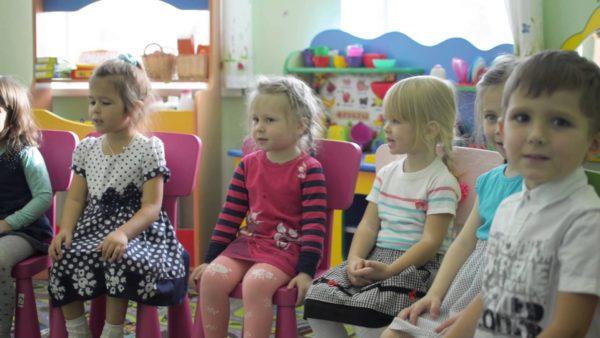 Дети сидят на стульчиках на занятии