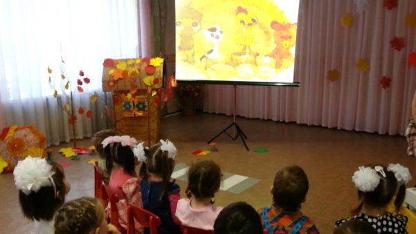 Дети смотрят мультфильм на мультимедийном экране