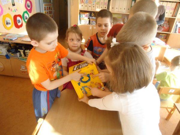 дети советуются, играя с кубиком