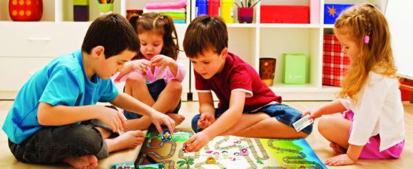 Дети увлечённо играют в настольную игру