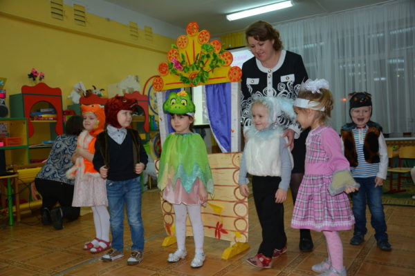 Дети в костюмах готовятся на поклон
