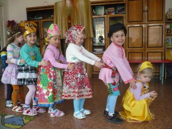 Дети в костюмах инсценируют сказку «Репка»