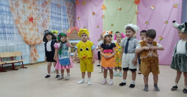 Дети в костюмах персонажей Колобка