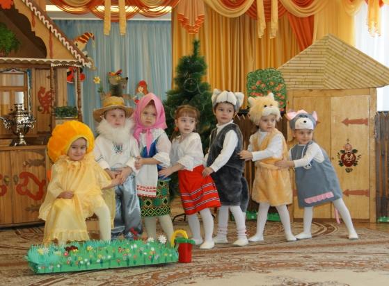 Дети в костюмах участвуют в постановке сказки «Репка»