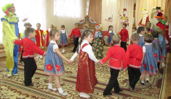 Дети в народных костюмах водят хоровод