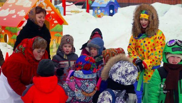 Дети, воспитательница и девушка в костюме Масленицы