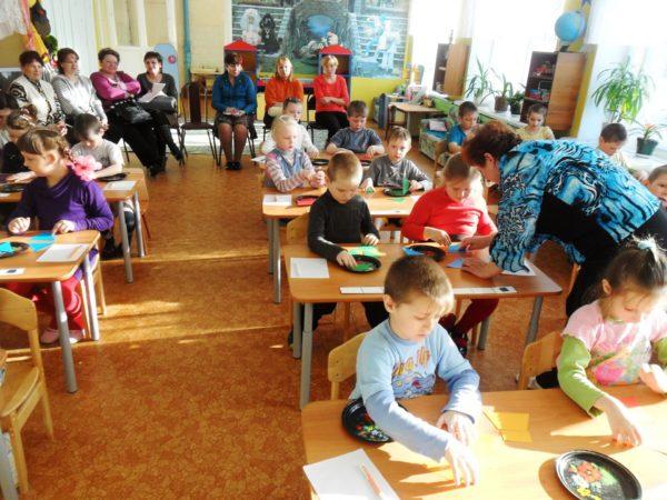 Дети выполняют задание, сидя за партами, на открытом занятии