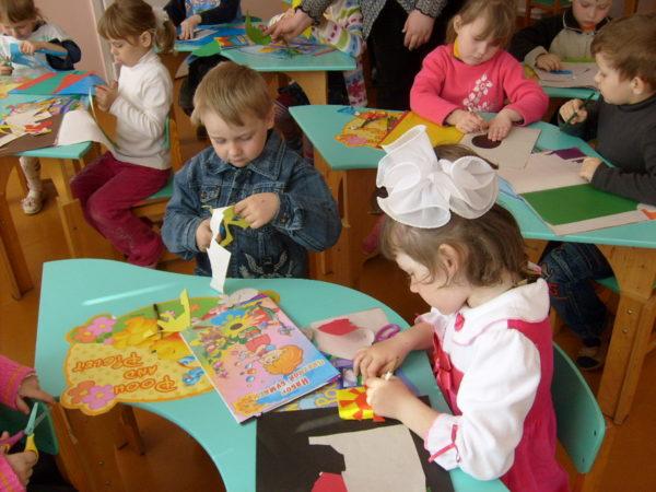 Дети вырезают из цветной бумаги