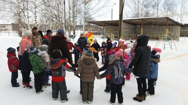 Дети зимой на улице стоят в хороводе