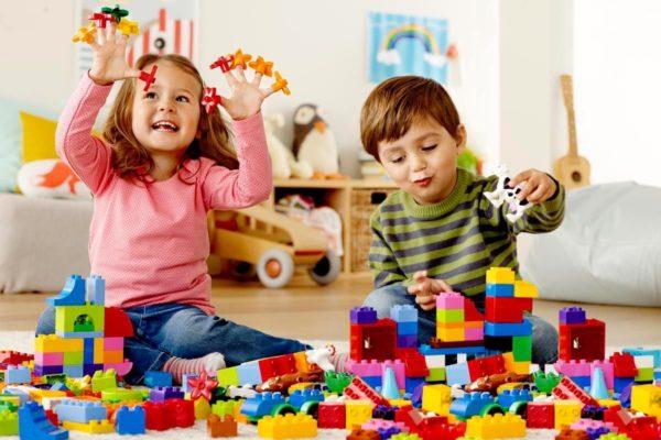 Девочка и мальчик играют с крупным конструктором