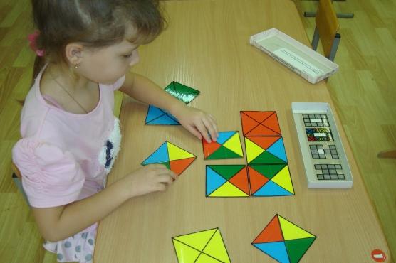 Девочка играет в логическую игру