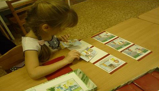 Девочка выкладывает карточки с дорожными ситуациями