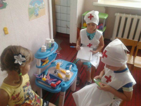Девочки играют в поликлинику