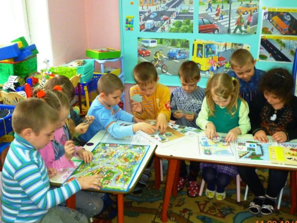 Дошкольники играют в настольные игры