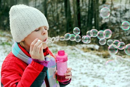 Экспериментирование с мыльными пузырями на морозе