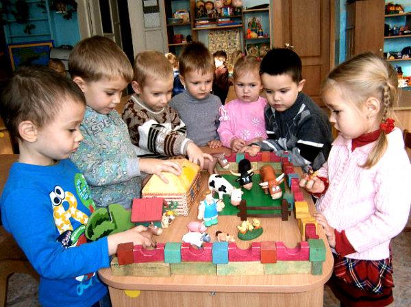 Дети играют в ферму
