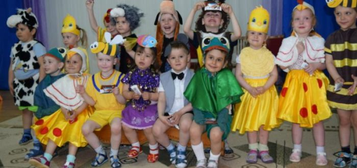 Групповое фото детей в костюмах для драматизации