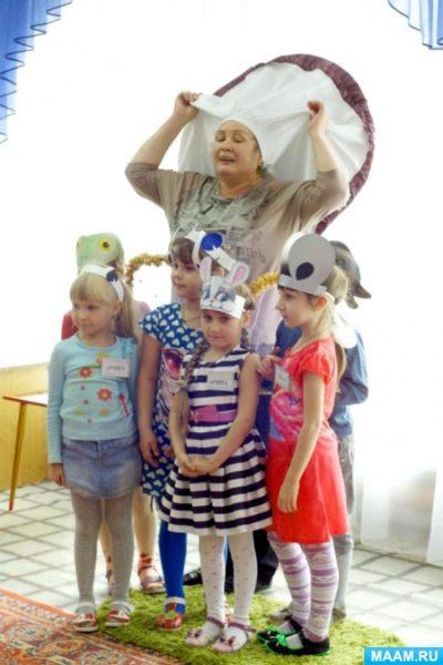 Дети и педагог инсценируют сказку «Под грибом»