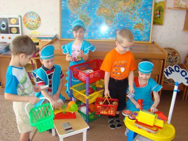 Дошкольники играют в «Супермаркет»