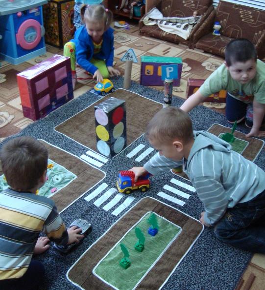 Четверо детей изучают ПДД в игре