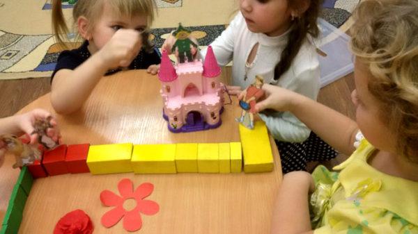 Дети построили из жёлтых деревянных кирпичиков дорогу к Изумрудному городу и разыгрывают сказку