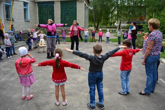 Дети и взрослые играют на площадке в «Карлики и великаны»