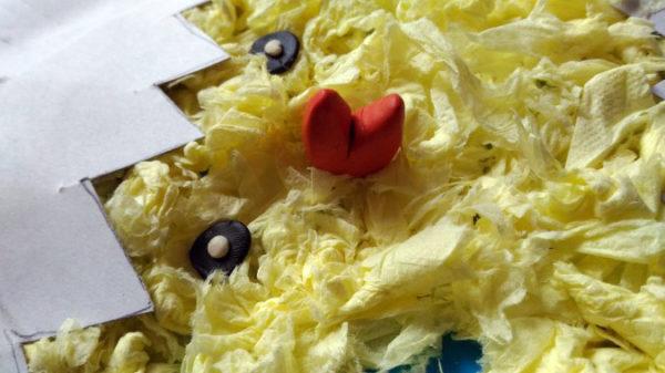 Клювик и глазки из пластилина