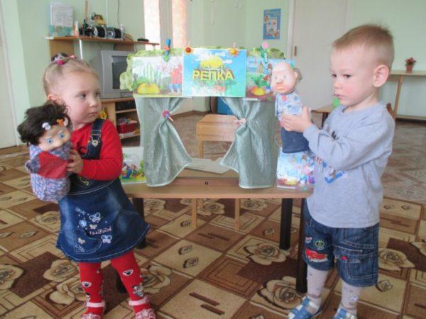 Мальчик и девочка держат кукол бибабо