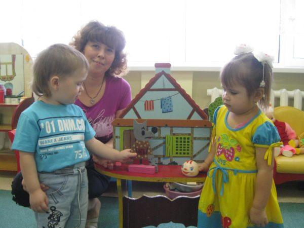 Мальчик и девочка разыгрывают сказку «Колобок»