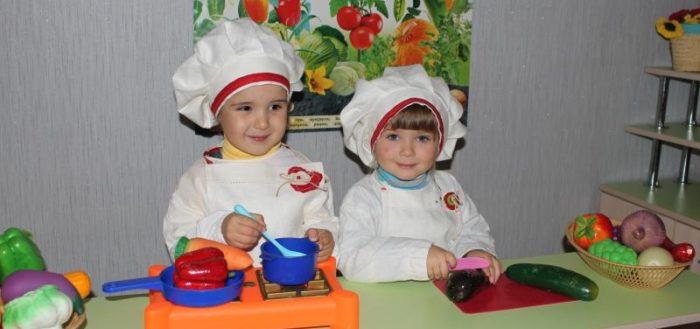 Мальчик и девочка в костюмах поваров