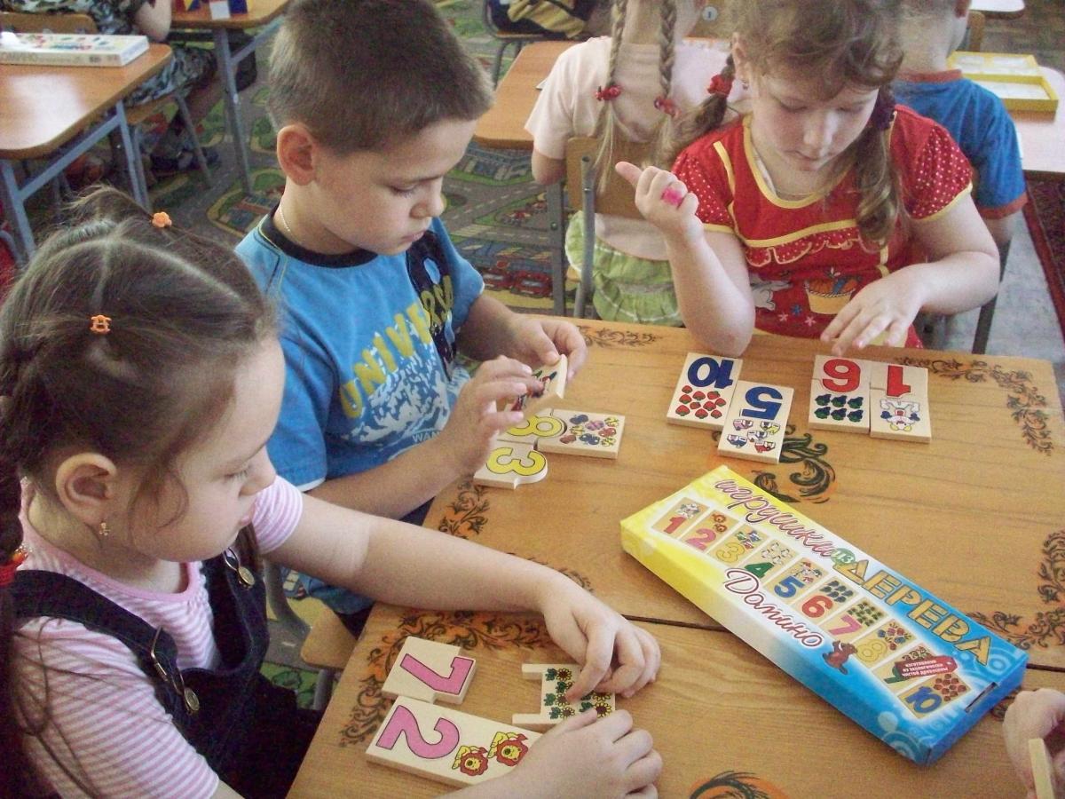 Картинка ребенок играет в дидактическую игру