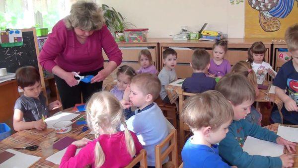 Педагог помогает детям на занятии