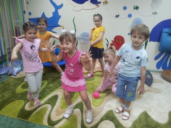 Дети играют в «Море волнуется, раз!»