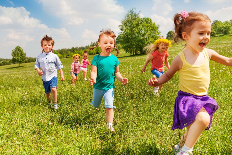 Смотреть 8 подвижных игр с ребенком в помещении видео