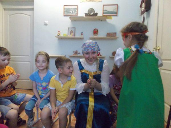 Дошкольники и педагог играют в «Колечко»