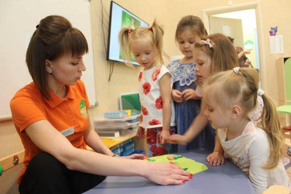 Девочки и педагог рассматривают поделку