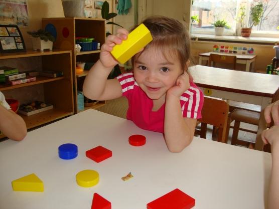 Ребёнок играет с блоками Дьенеша