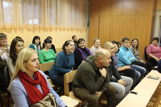 Родители в зале на заседании родительского клуба