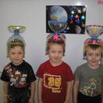 Трое ребят в самодельных шлемах космонавтов