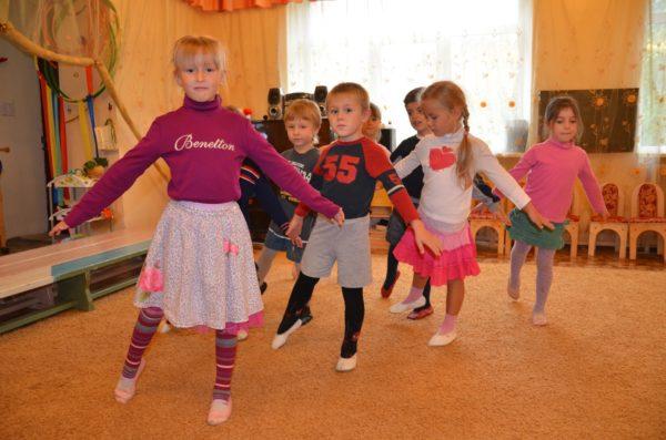 Дошкольники играют в «Тень», повторяя движения за ведущим