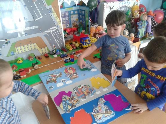 Трое мальчиков вкладывают трафареты с видами транспорта в подходящие границы изображения