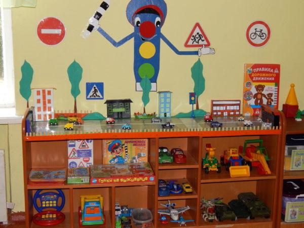 Уголок ПДД в группе с макетом проезжей части, играми и машинками