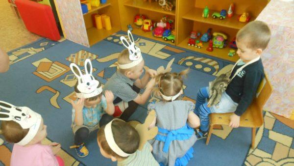 Дети играют в игру «Волк и зайцы» в группе