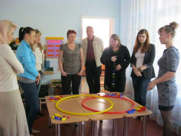 Воспитатель предлагает родителям на собрании поиграть с логическими блоками