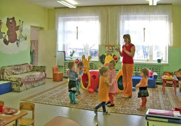 Воспитательница и дети в хороводе хлопают в ладоши