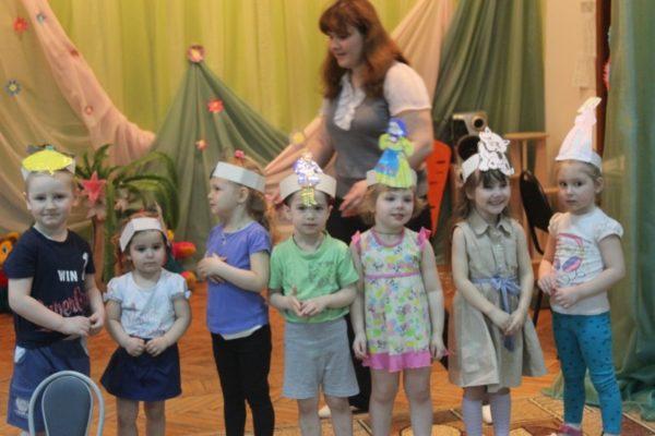 Воспитательница и дети в шапочках с героями сказки