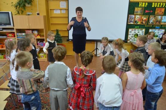 Воспитательница показывает движения физкультминутки, дети повторяют
