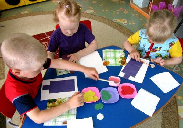 Трое детей делают аппликации по теме ПДД
